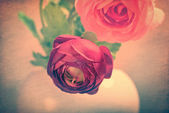 Textured grunge background with red roses — Stock Photo