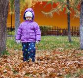 在街上,在羽绒服上的小女孩 — 图库照片
