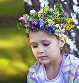 маленькая девочка с гирляндами на их головы — Стоковое фото