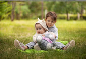 Holčičky sedící na zelené trávě — Stock fotografie