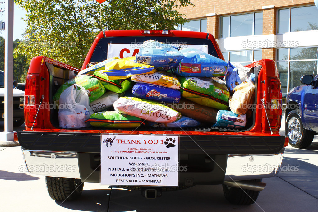 GLOUCESTER, VA- OCTOBER 13:Pickup full of dog food at the Ken Houtz Chevrolet Buick, Camaro VS Corvette Humane Society car show and food drive in Gloucester, Virgini — Stock Photo #13984298