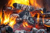 木製の丸太、暖炉で燃えています。 — ストック写真