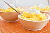 Polenta majs traditionell mat matlagning i trä skål — Stockfoto