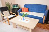 Interiér Saly s gauč, stůl a židle — Stock fotografie