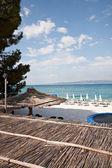 Güzel bir plaj ve mavi gökyüzüne yaz — Stok fotoğraf