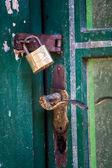 Vintage asma kilit ve yeşil kapı kolu — Stok fotoğraf