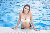 ホテルのスイミング プールで美しい女性 — ストック写真