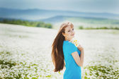 Beautiful Young Woman Outdoors in Camomile Field. Enjoy Nature. — Stock Photo