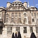 Outside Eminonu Yeni mosque — Stock Photo