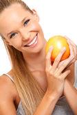 Closeup retrato de una mujer sana con frutas — Foto de Stock