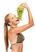 Retrato de una mujer divertida con uva — Foto de Stock
