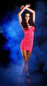 Bella signora bruna in posa su sfondo scuro — Foto Stock