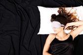 Giovane donna a letto con mascherine — Foto Stock