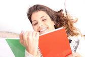 读一本书躺在床上 — 图库照片