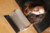 ノート パソコンを持つ若い女の子 — ストック写真