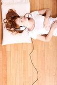 Lyssnar musik — Stockfoto