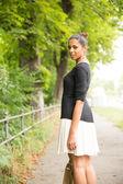 Jeune fille marche dans le parc — Photo