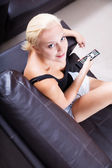 Blonde girl watching TV — Stockfoto
