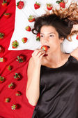 吃草莓 — 图库照片