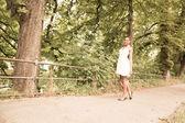 Ung flicka promenader i parken — Stockfoto