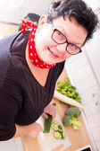 Kobieta cięcia warzyw — Zdjęcie stockowe