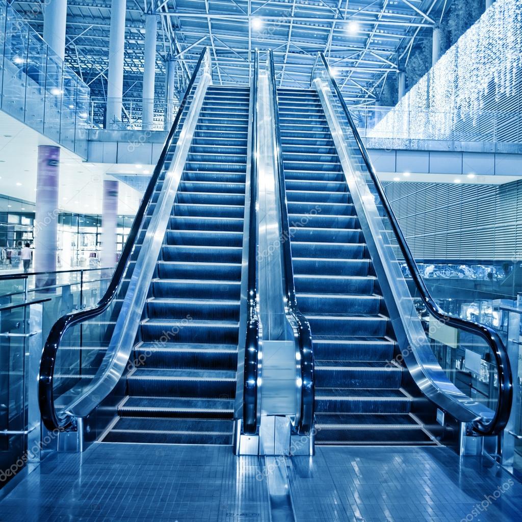 现代办公建筑企业内宽扶手电梯楼梯— 照片作者 liufuyu
