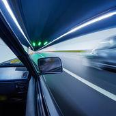 速度快的汽车在隧道中 — 图库照片