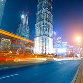 Carros em movimento rápidos à noite — Fotografia Stock
