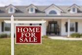 дом для продажи недвижимости знак перед новый дом — Стоковое фото