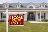 продаются дома для продажи знак перед новый дом — Стоковое фото