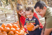 Glad blandad ras familj på pumpkin patch — Stockfoto