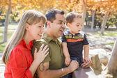 Raça mista família desfrutar de um dia no parque — Fotografia Stock
