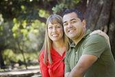 Attraktive gemischte abstammung paar portrait im park — Stockfoto