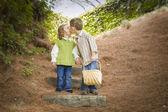 Due bambini con cestello baciare fuori sui gradini — Foto Stock