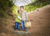 Dos niños con cesta abrazando fuera en pasos — Foto de Stock