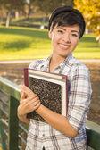 Retrato de una estudiante muy ladinos libros — Foto de Stock