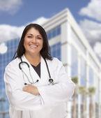 Attraktive hispanische Arzt oder Krankenschwester vor Gebäude — Stockfoto