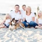 Kumsalda beyaz mutlu aile portresi — Stok fotoğraf