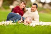 šťastný chlapeček a smíšené rasy rodiče hraje v parku — Stock fotografie
