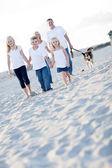 Crianças adoráveis e família em uma caminhada — Foto Stock