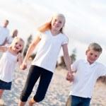 bir yolda sevimli Beyaz aile — Stok fotoğraf