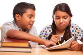 Spansktalande bror och syster har kul att studera — Stockfoto