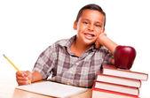 Ragazzo adorabile ispanico con libri, apple, matita e carta — Foto Stock