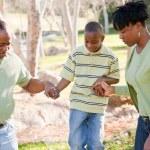 hermosa familia afroamericana jugando afuera — Foto de Stock