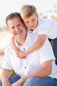 Fils mignon avec son portrait de papa beau dehors — Photo