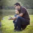 mutlu genç etnik baba ve oğul Balık tutma — Stok fotoğraf