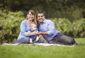 Famiglia felice di razza mista, giocando nel parco — Foto Stock