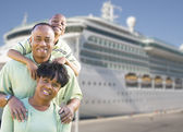Happy Family in Front of Cruise Ship — Stock Photo