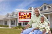 Vader en zoon voor verkocht voor verkoop teken en huis — Stockfoto