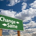cambiar, mismo letrero verde sobre nubes — Foto de Stock